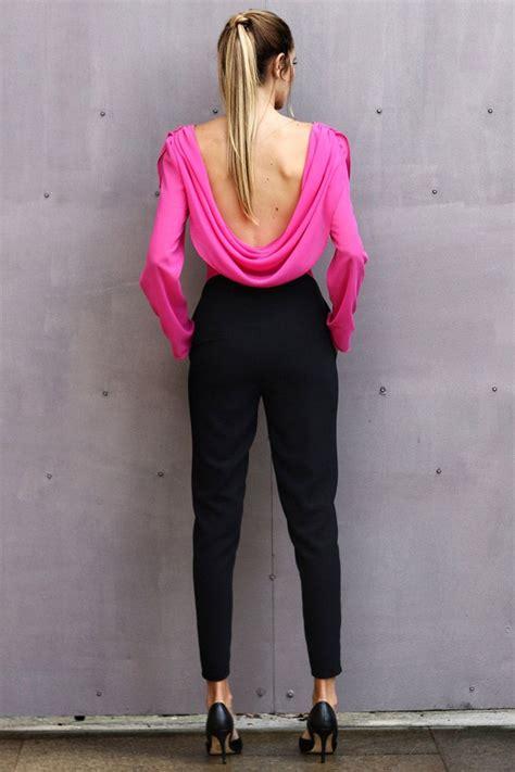 mono de fiesta de pantalon negro y blusa rosa con drapeado