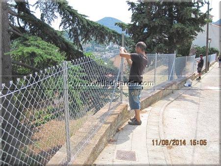 Montaje de una valla perimetral a lo largo de dos muros de ...