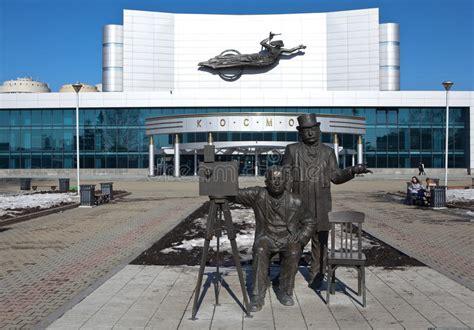 Monumento A Los Hermanos De Lumiere En Ekaterimburgo ...