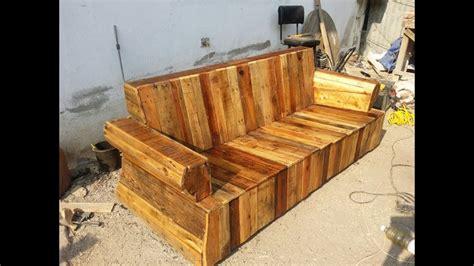 Mueble hecho con tarimas  palets , con un sofa viejo ...