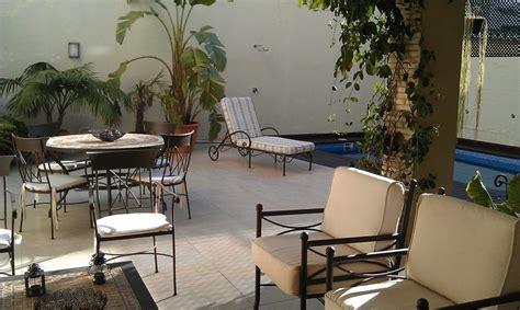 Muebles de jardin forja artesanal. Patio con piscina. Casa ...