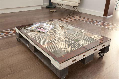 Muebles de palets decorados con azulejos hidráulicos ...