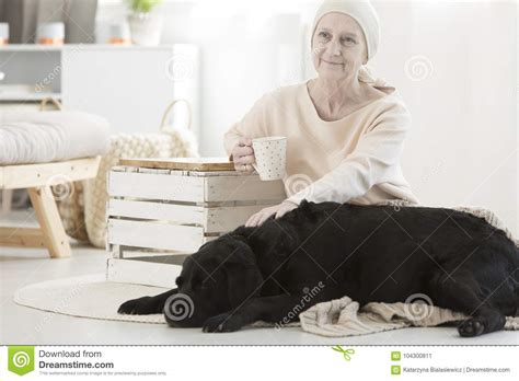 Mujer mayor con el tumor imagen de archivo. Imagen de ...