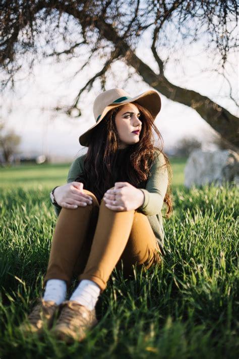 Mujer romántica posando sobre hierba   Foto Gratis