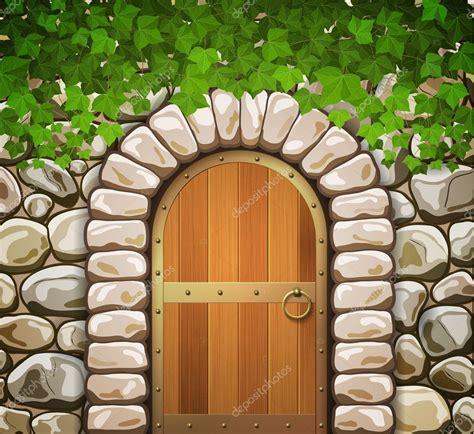 Muro de piedra con forma de arco medieval puerta de madera ...