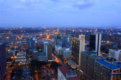 Nairobi Kenia en la noche foto de archivo editorial ...