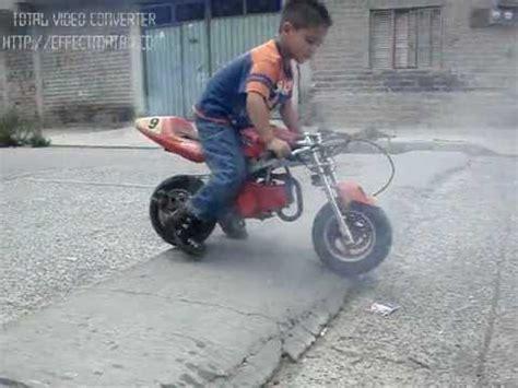 Niño en moto quemando llanta   YouTube