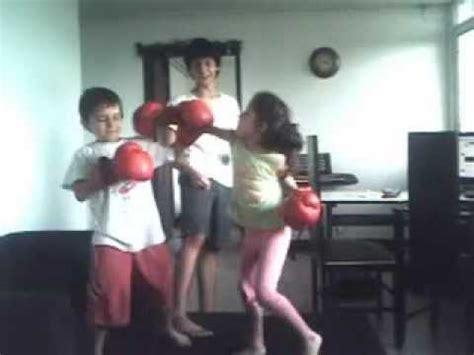 niño vs niña boxeando , niña noquea al niño al inicio de ...