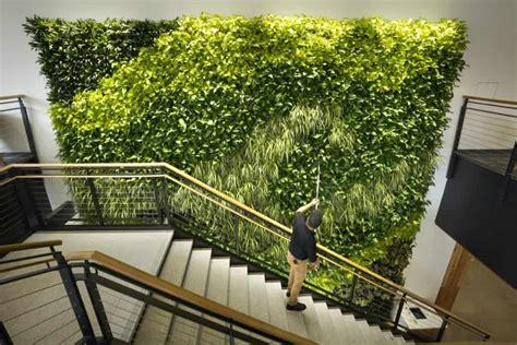 O que são os jardins verticais  paredes verdes ?   O metro ...