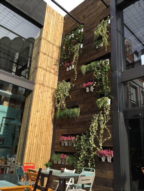 Otra vista de la pared vegetal de la parte trasera de la ...