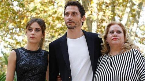 Paco León con su madre y su hermana   ABC de Sevilla