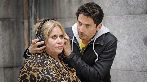 Paco León da instrucciones a su madre durante el rodaje de ...