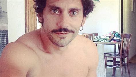 Paco León se marca un desnudo con sombra... a lo Orlando Bloom
