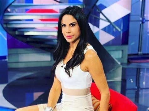 Paola Rojas con vestido negro embarrado, al estilo de ...