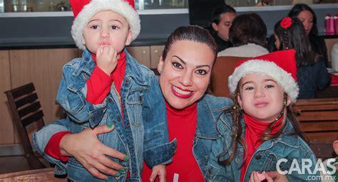 Paola Rojas y sus hijos en el Breakfast with Santa ...