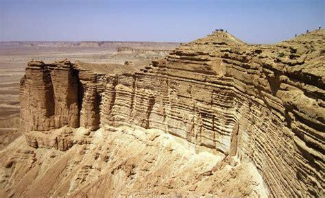 Paraje desértico conocido como Edge of the world | Arabia ...