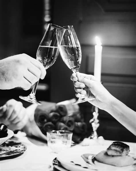 Pareja haciendo un brindis en una cena romántica   Foto Gratis