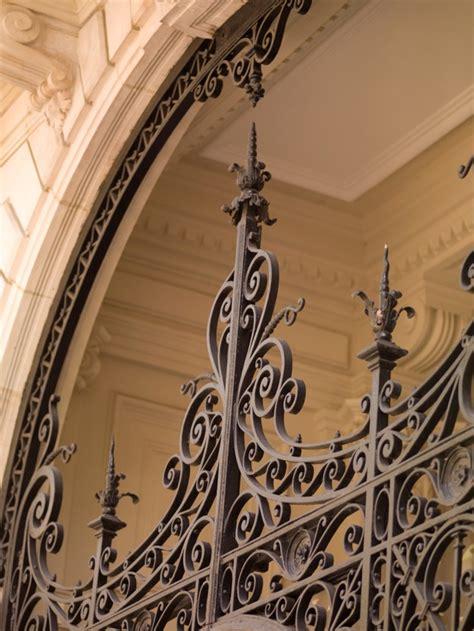 Parte superior de la puerta de hierro en parís francia ...