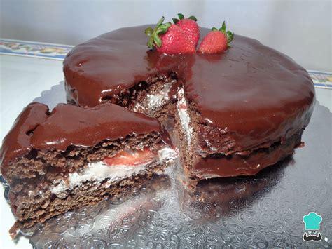 Pastel de chocolate con fresas y crema batida