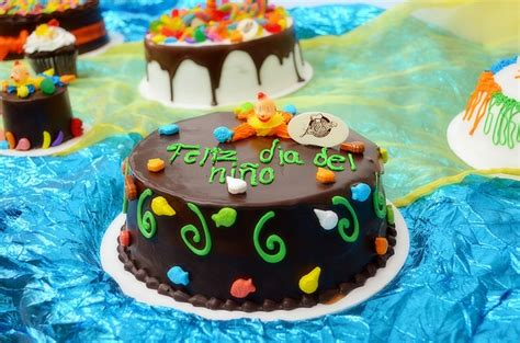 Pastel de chocolate con payasito y dulces | Día del Niño ...