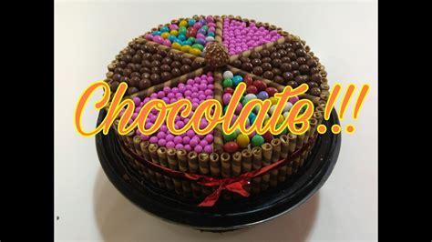 Pastel de chocolate decorado con galletas y chocolates ...