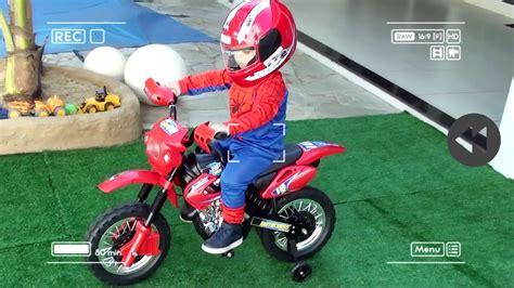 Pequeno HOMEM ARANHA andando de MOTO Infantil Elétrica ...