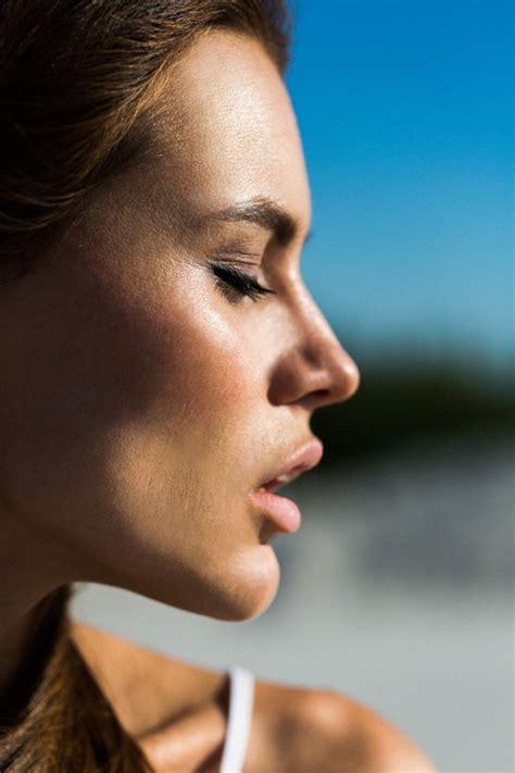 Perfil de la mujer bonita con los labios rosados ...