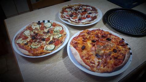 Pizza con hierbas aromáticas y cerveza sin levadura ...