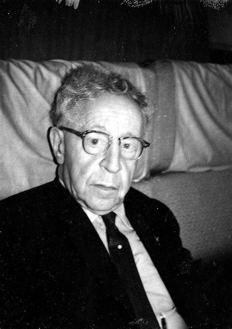 Plano medio de Arthur Rubinstein, con gafas, sentado en el ...