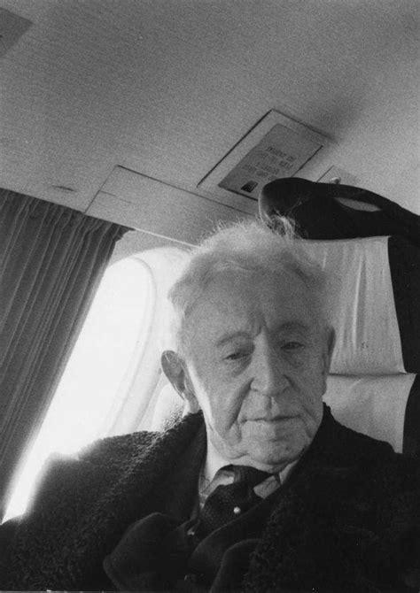 Plano medio de Arthur Rubinstein sentado en un asiento del ...