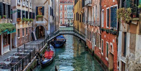 Por la cuarentena, los canales de Venecia son azules otra vez