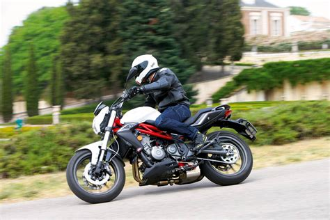 Prueba: Benelli BN 302   Carretera   Motociclismo.es