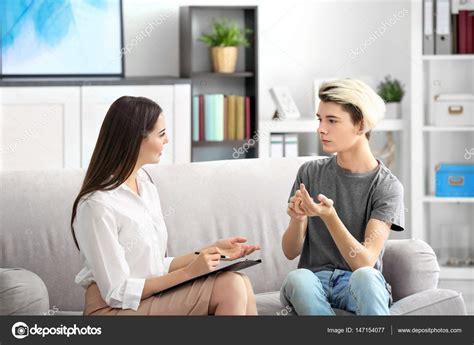 psicólogo que trabaja con niño adolescente — Foto de stock ...