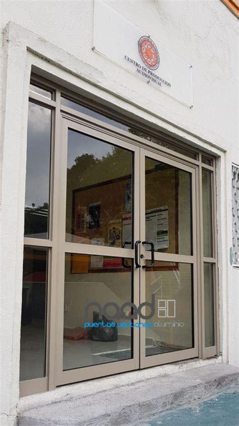 Puerta de aluminio doble con fijos laterales y superior ...