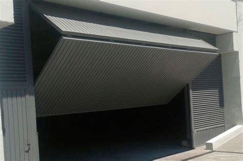 Puerta de garaje basculante: seguridad | Cerrajería Fasatec
