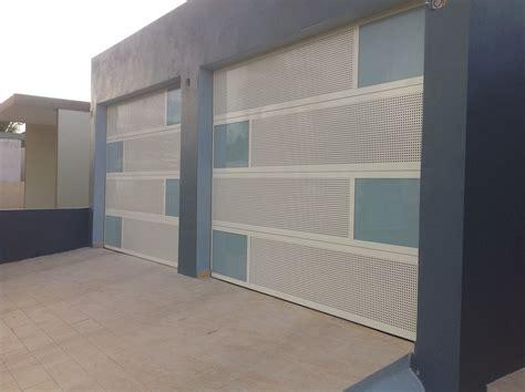 Puertas de garaje 100% aluminio combinadas al gusto del ...