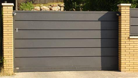 Puertas de garaje   GRUPO INOXMETAL: Construcciones metálica