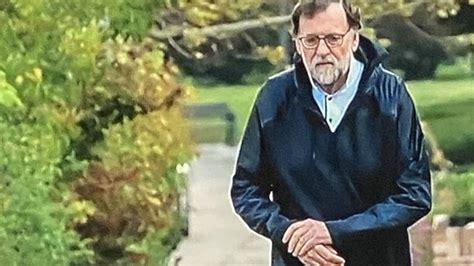 Rajoy, pillado  caminando rápido  en la calle saltándose ...