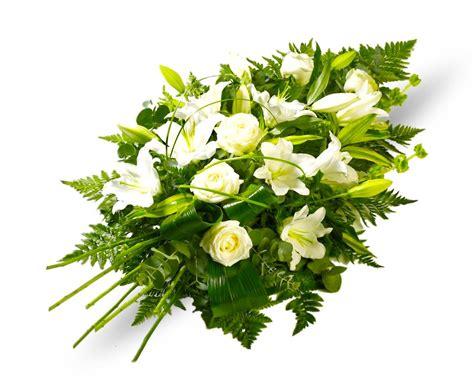 Ramo funerario de rosas y flor variada en tonos blancos ...