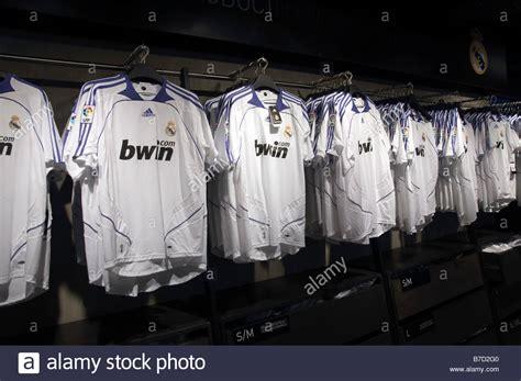 Real Madrid football shirt in the Bernabéu stadium shop ...