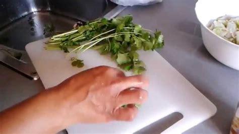 Receta ceviche peruano; 5º lavar y picar cilantro.   YouTube