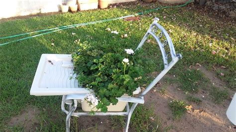 Reciclar objetos convirtiéndolos en jardineras o macetas ...