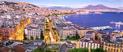 Recorre los lugares más hermosos de Nápoles este verano.