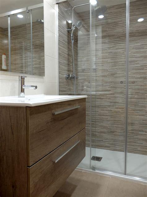 Reforma de baño con ducha y mueble de lavabo con ...