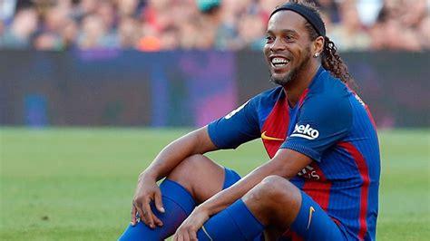 Ronaldinho cumple 40 y sigue en la cárcel