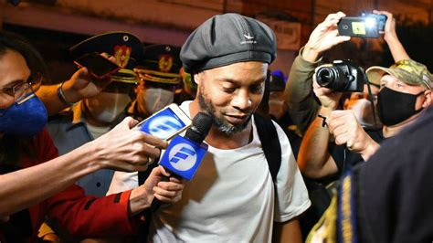 Ronaldinho:  En la cárcel jugaba al fútbol y firmaba ...
