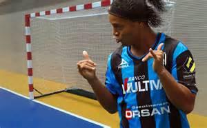 Ronaldinho: Encargado de cárcel quiere ficharlo para jugar ...