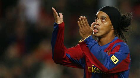 Ronaldinho lee lo que será el futuro de Pep en el ...