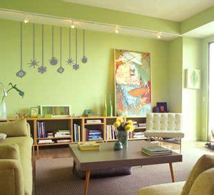 Sala com parede verde água.   Decoracion de pared ...