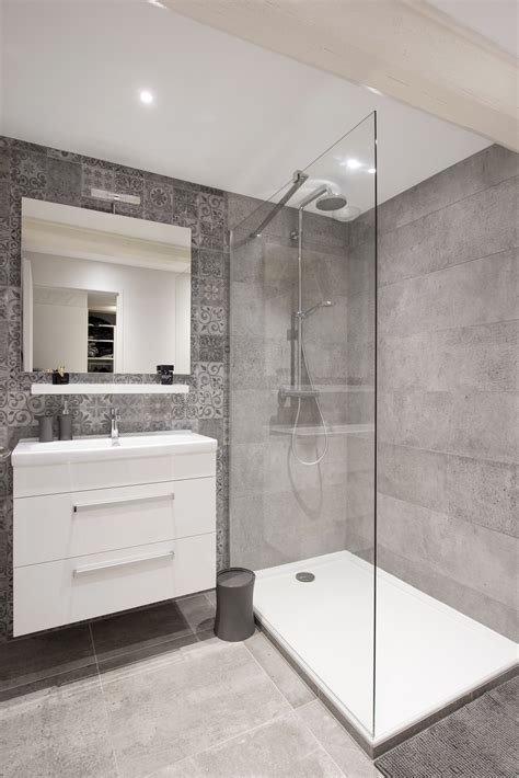 Salle de bains épurée et design dans une maison familiale ...